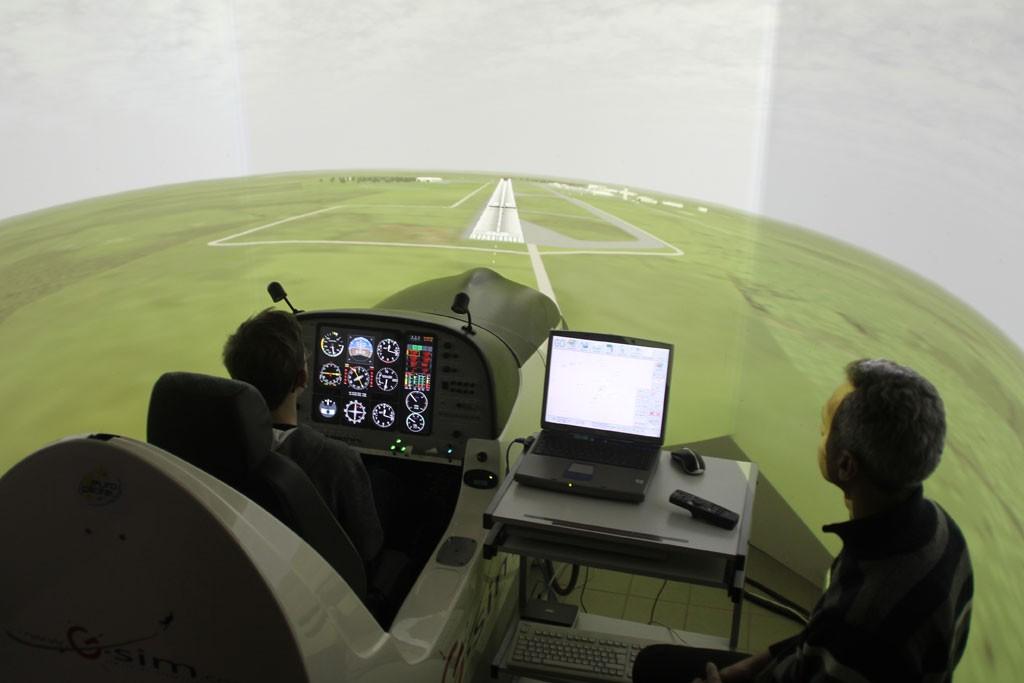 europilote nantes ecole de pilotage sur avion ultra léger et un de ses simulateurs de vol professionnels