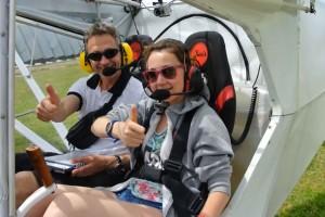 une élève-pilote et son instructeur à l'atterrissage